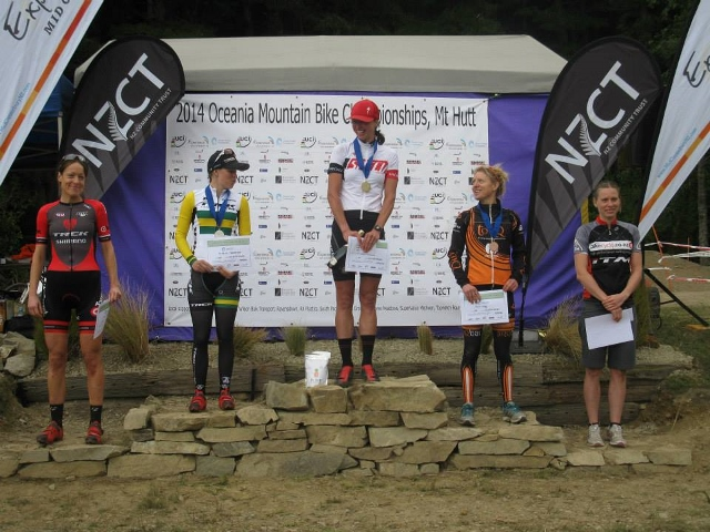 elite women podium (640x480)