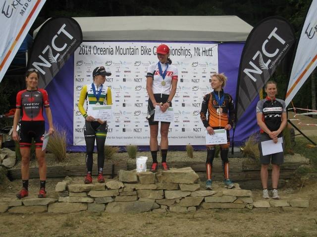 elite women podium (640x480)